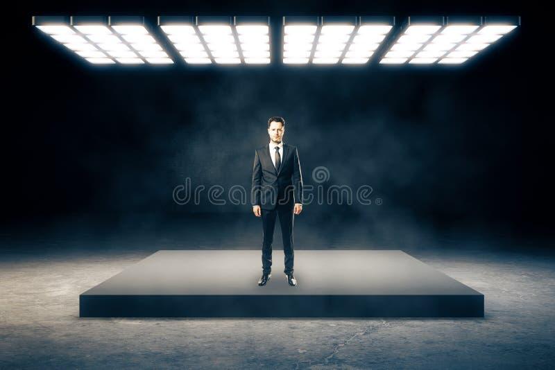 Uomo nell'interno astratto fotografie stock