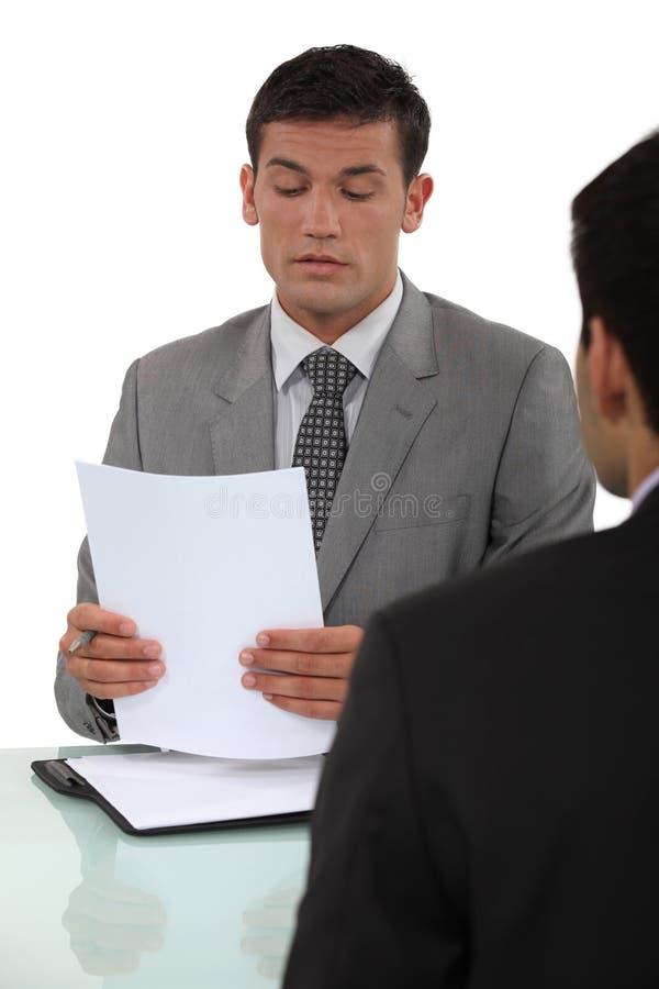 Uomo nell'intervista di lavoro fotografia stock
