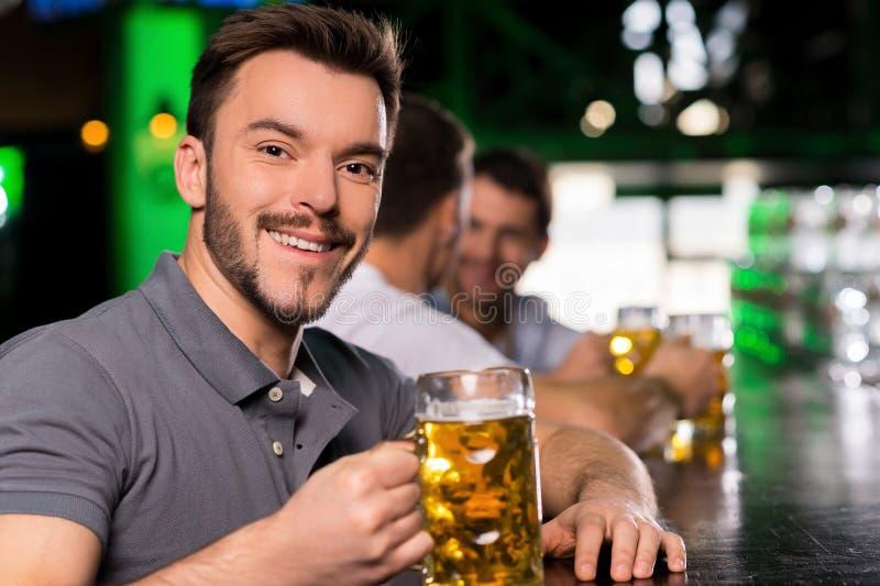 Uomo nella barra. fotografia stock libera da diritti