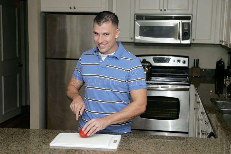 Uomo nella cucina fotografie stock libere da diritti