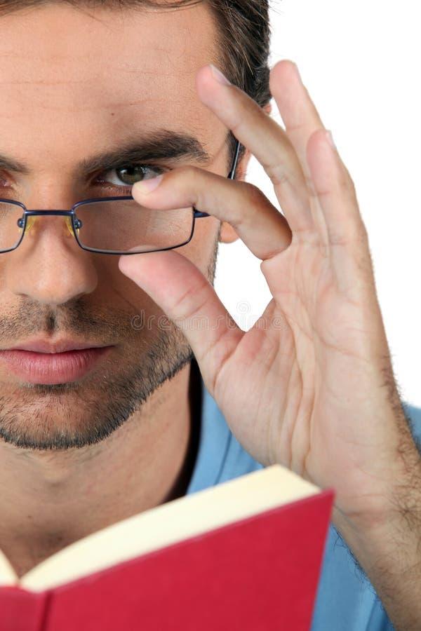 Uomo nella lettura di vetro immagini stock libere da diritti