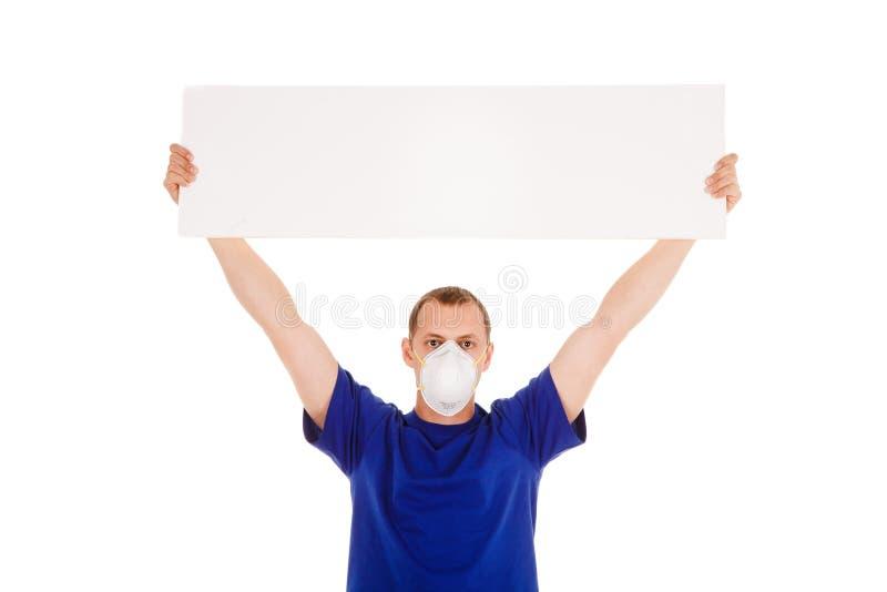 Uomo nella maschera della fronte-guardia con il manifesto del blanc isolato nel backg bianco immagine stock libera da diritti