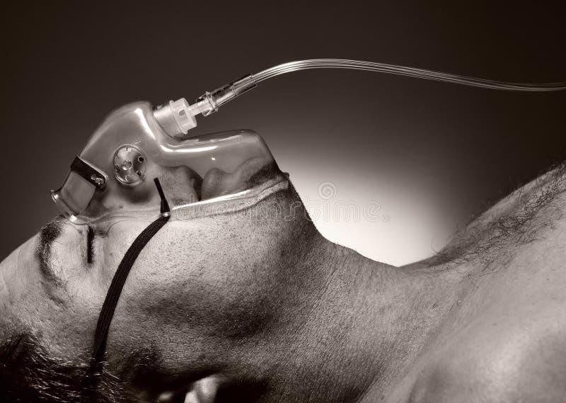Uomo nella maschera di ossigeno. immagini stock libere da diritti