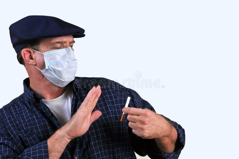 Uomo nella mascherina che combatte lo stimolo immagine stock