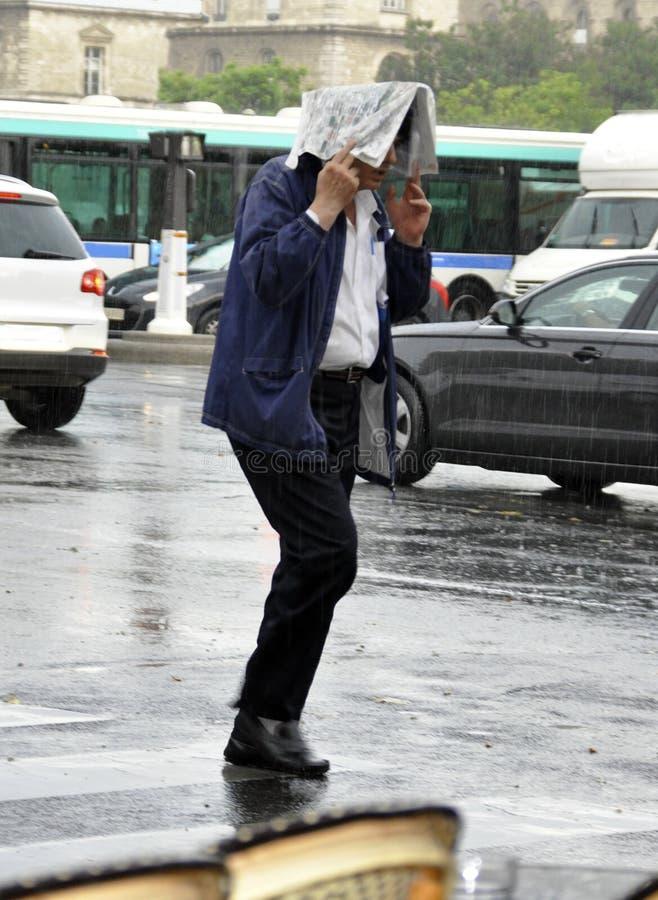 Uomo nella pioggia fotografia stock libera da diritti