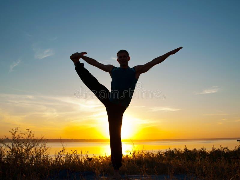 Uomo nella posa di padangushasana di hasta di yoga fotografia stock libera da diritti