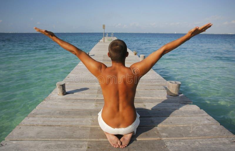 Uomo nella posizione di yoga fotografia stock