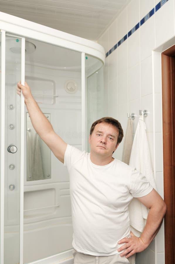 Uomo nella sua stanza da bagno immagine stock