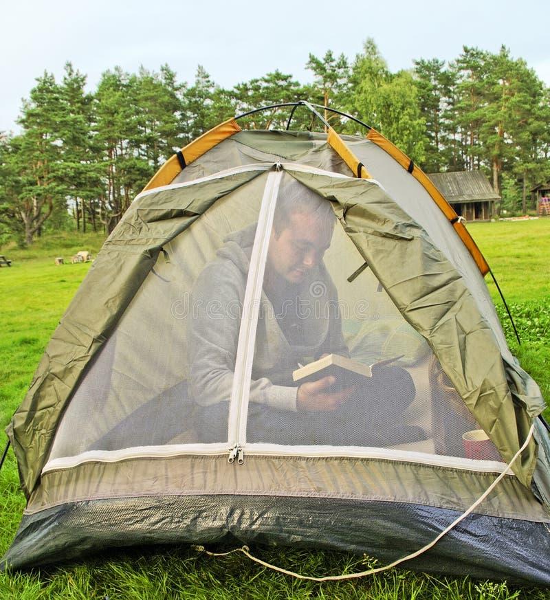 Uomo nella tenda. fotografie stock