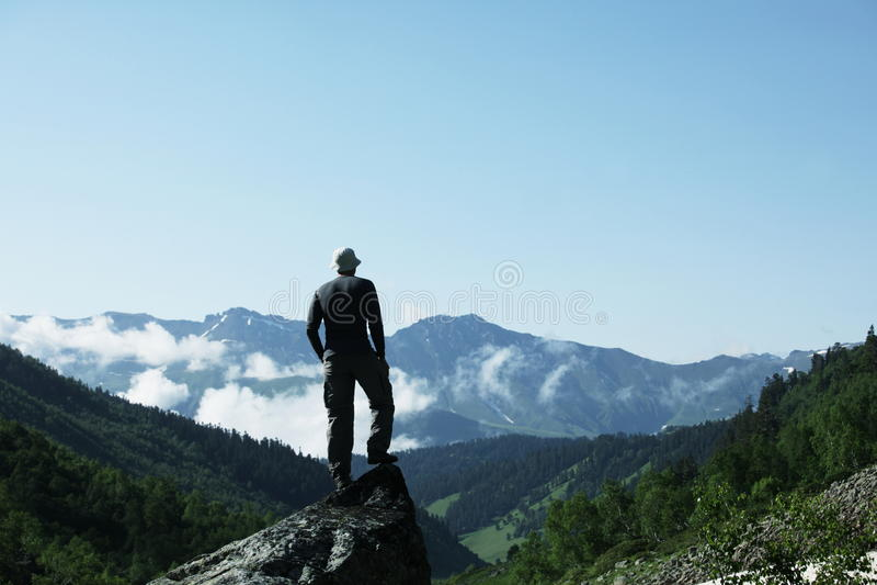 Uomo nelle montagne immagini stock libere da diritti