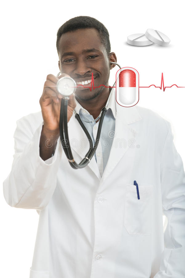 Uomo nero afroamericano di medico con lo stetoscopio con l'elettrocardiogramma del focolare fotografie stock