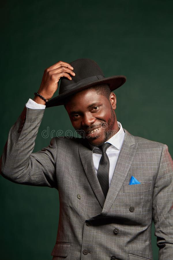 Uomo nero del jazzista che porta vestito d'avanguardia e cappello grigio nel profilo fotografia stock libera da diritti