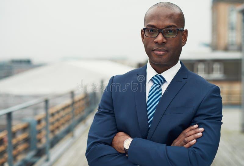 Uomo nero sicuro di affari fotografie stock