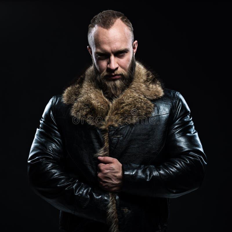 Uomo non rasato accigliato bello brutale con la barba fotografia stock libera da diritti