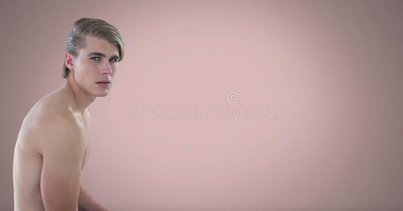 Uomo nudo con backgorund rosa fotografie stock