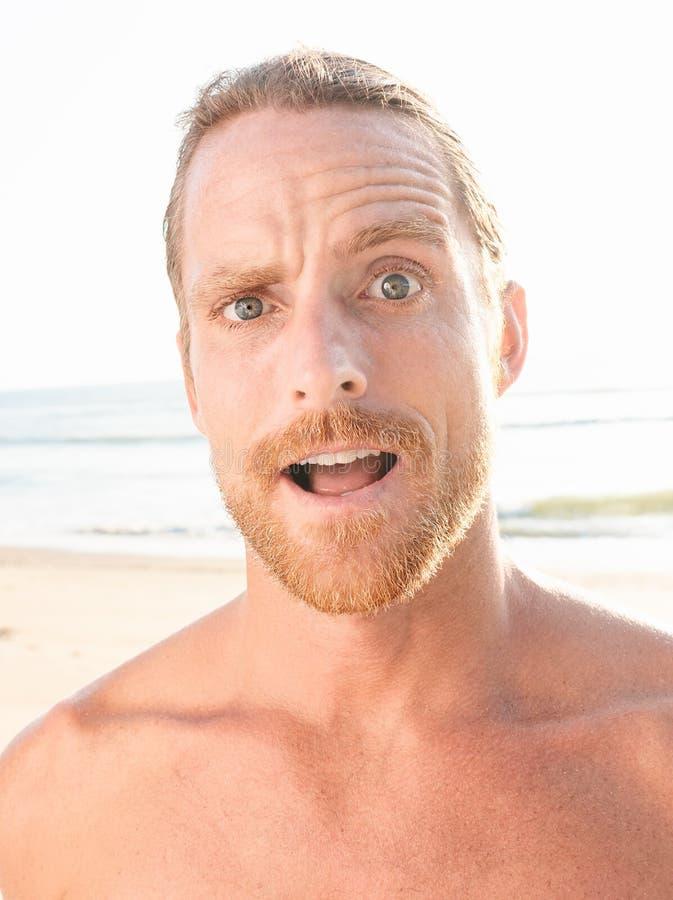 Uomo nudo sorpreso del pizzo che esamina macchina fotografica immagini stock libere da diritti