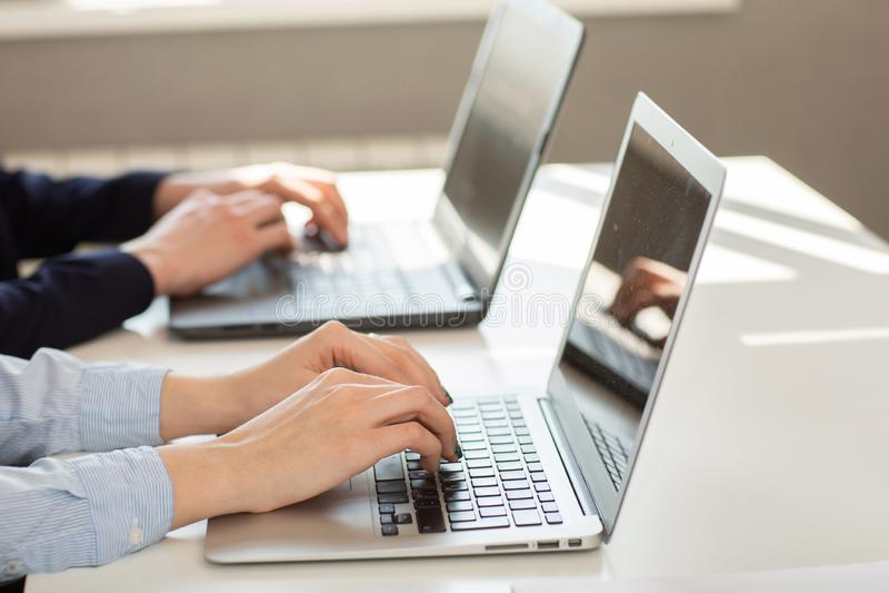 Uomo o ragioniere di affari che lavora al computer portatile con il documento di affari fotografia stock