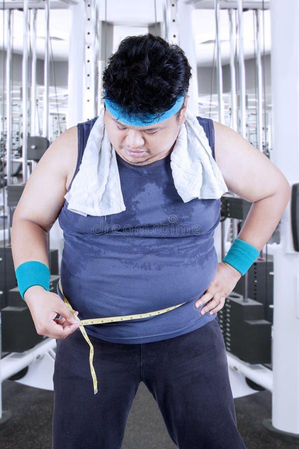 Uomo obeso che misura il suo pancia 1 immagini stock