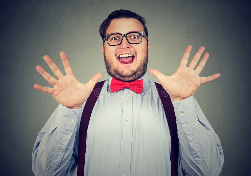 Uomo paffuto emozionante che posa felicemente fotografie stock libere da diritti