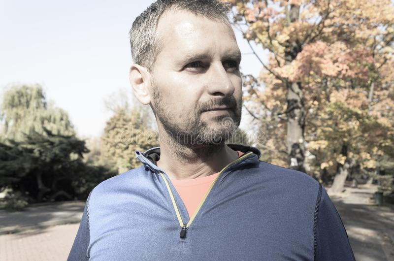 Uomo pareggiante nella fine del parco di autunno su fotografie stock libere da diritti