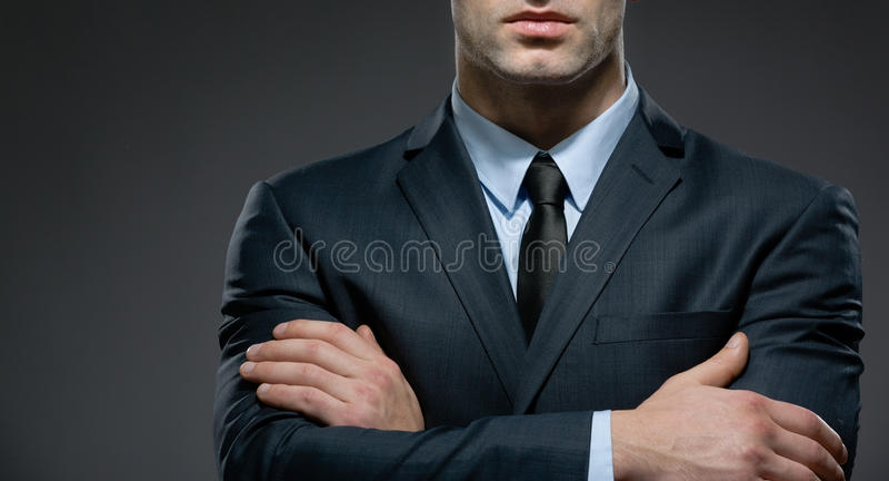 Uomo parzialmente osservato con le armi attraversate immagini stock