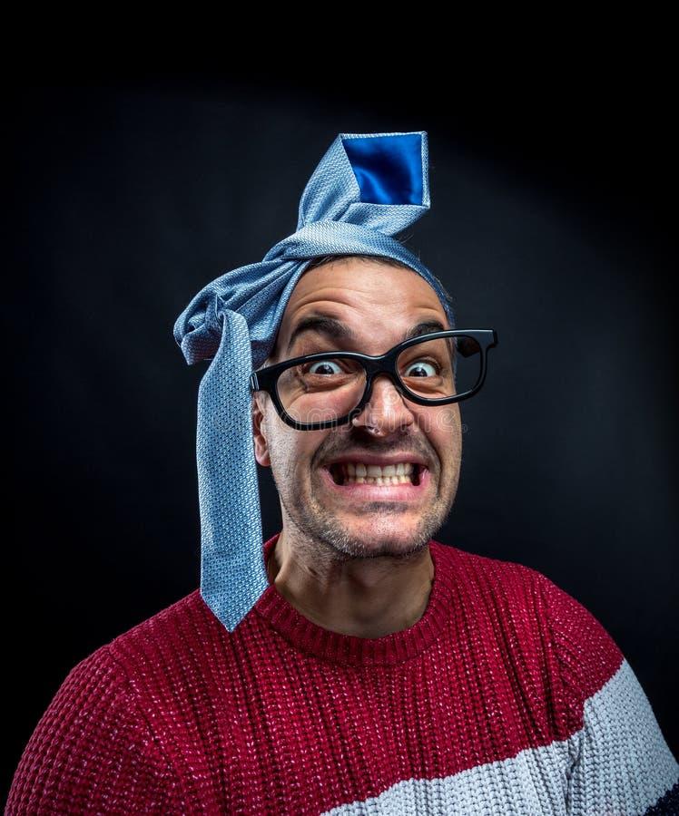 Uomo pazzo con il legame sulla sua testa, partito corporativo fotografie stock libere da diritti
