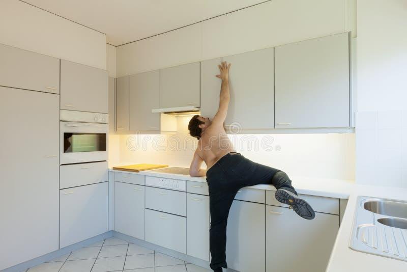 Uomo pazzo nella cucina fotografia stock libera da diritti