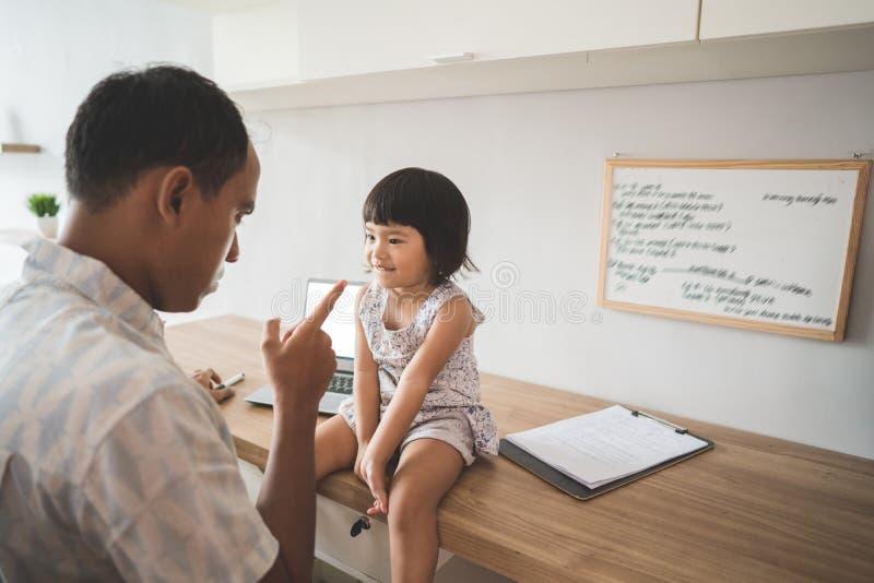 Uomo pazzo a sua figlia mentre lavorando nel Ministero degli Interni fotografie stock libere da diritti