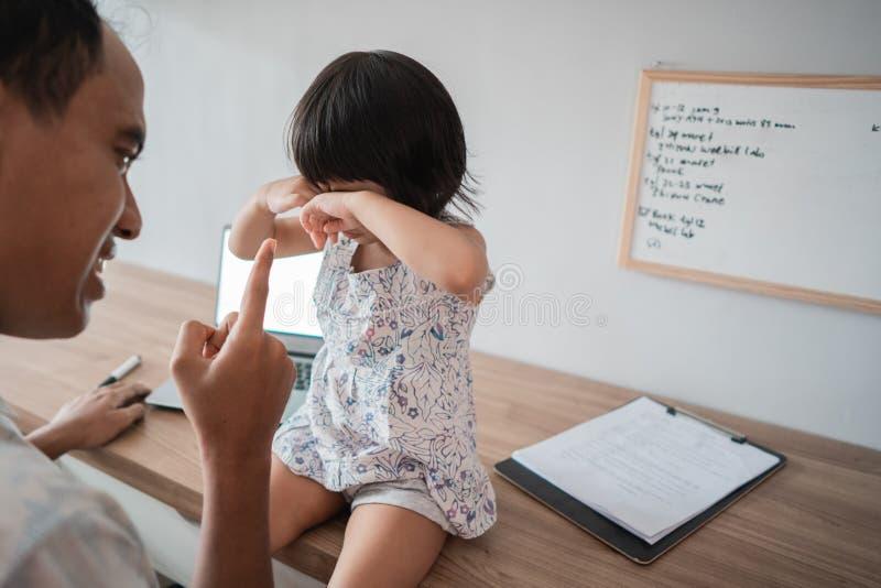 Uomo pazzo a sua figlia mentre lavorando nel Ministero degli Interni fotografia stock