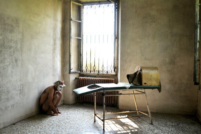 Uomo pazzo in un ospedale psichiatrico in Italia immagini stock libere da diritti