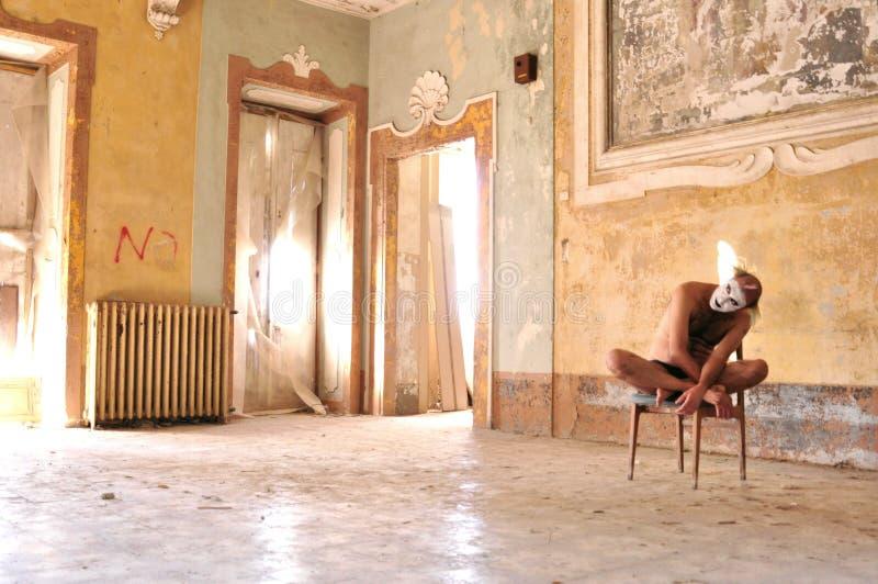 Uomo pazzo in una vecchia, casa abbandonata in Italia fotografia stock libera da diritti