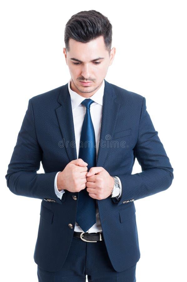 Uomo pensieroso di affari che indossa vestito e legame blu eleganti immagini stock