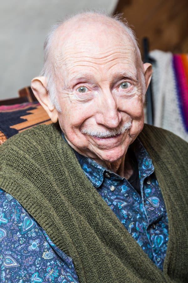 Uomo più anziano che sorride alla macchina fotografica fotografie stock libere da diritti