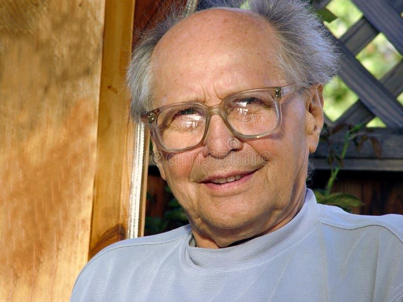 Uomo più anziano sorridente fotografia stock libera da diritti