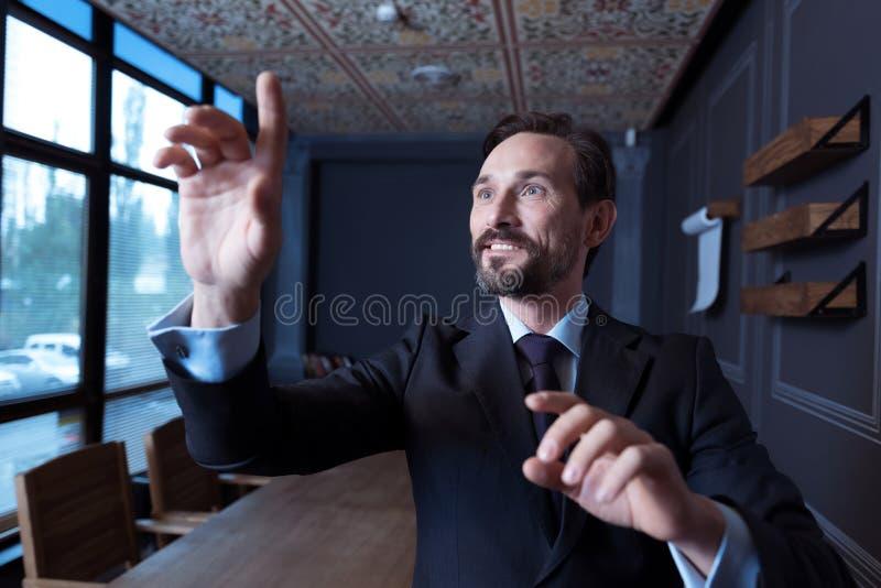 Uomo piacevole ottimista che è nella realtà virtuale immagini stock libere da diritti