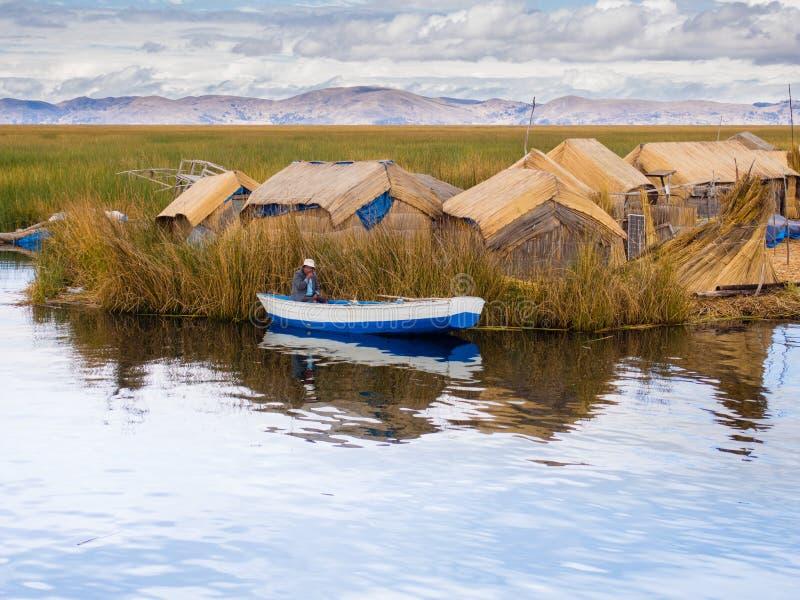 Uomo in piccola barca in Reed Islands sul Titicaca, 6/13/13 fotografia stock libera da diritti