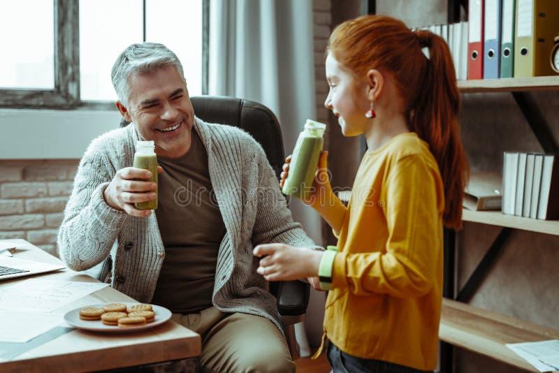 Uomo positivo allegro che sorride a sua figlia fotografia stock libera da diritti