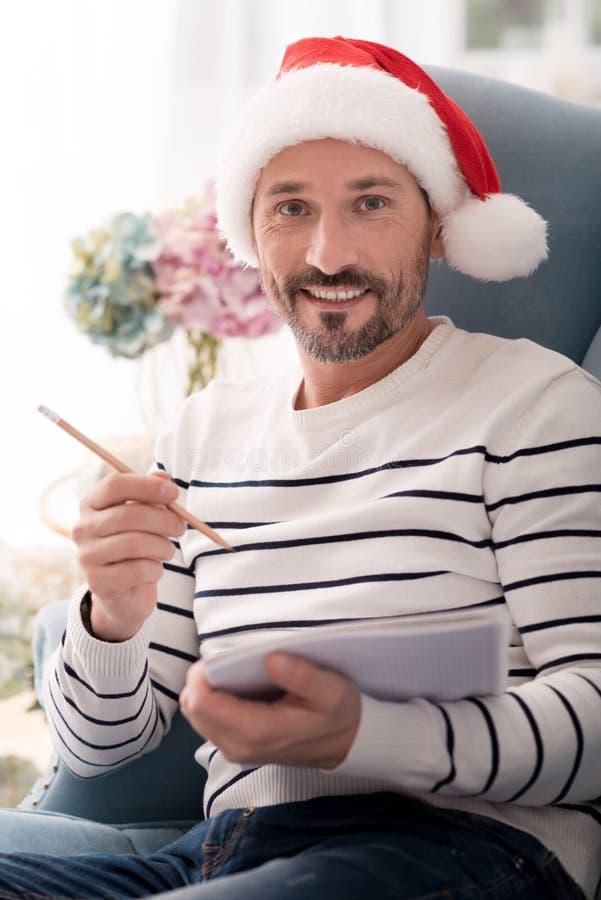 Uomo positivo felice che tiene una matita immagini stock