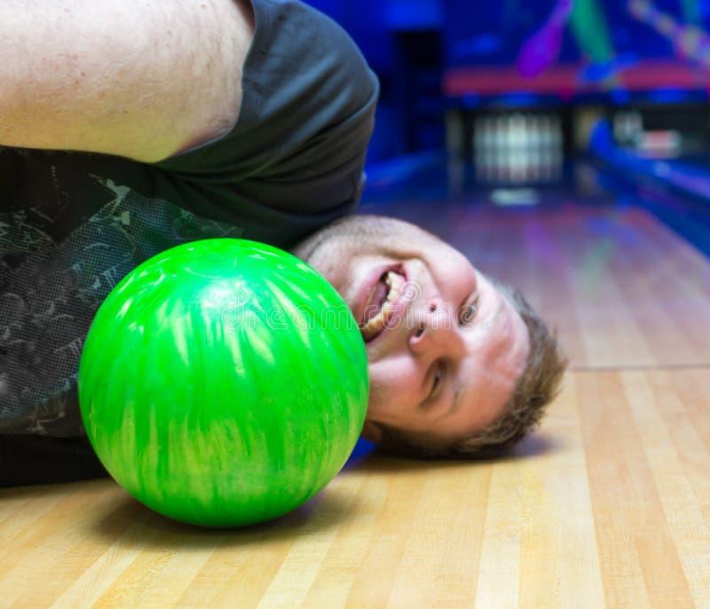 Uomo ubriaco sul vicolo di bowling fotografia stock libera da diritti