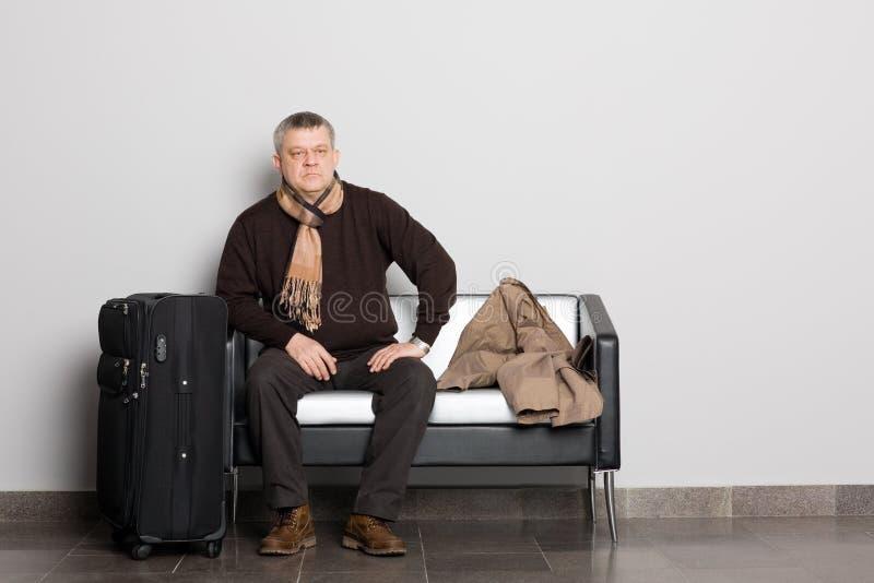 Uomo premuroso nel corridoio attendente. fotografie stock