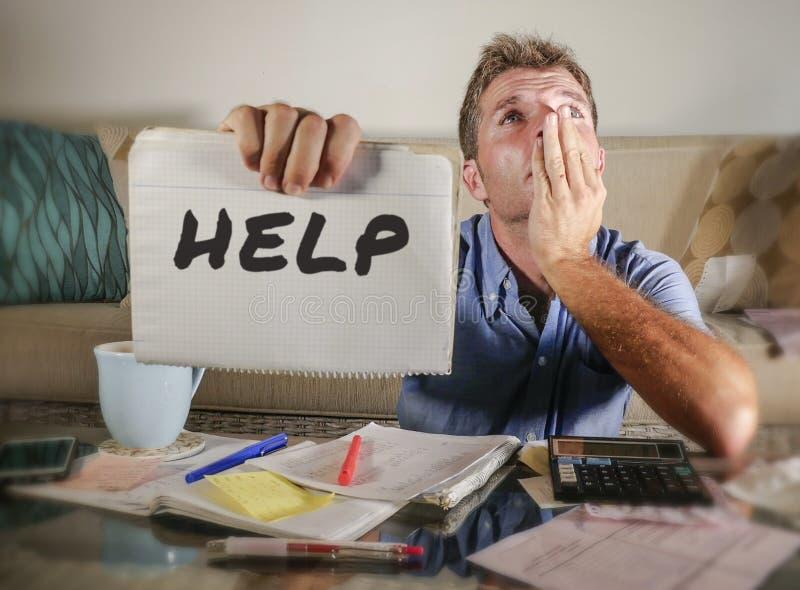 Uomo preoccupato nello sforzo a casa che calcola le spese di imposta di mese con i pagamenti di contabilità del calcolatore trist fotografia stock libera da diritti