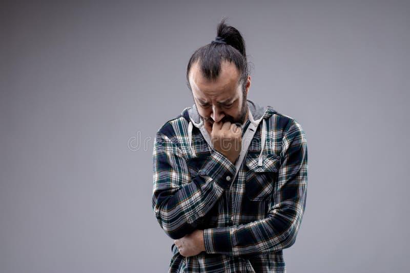 Uomo preoccupato turbato o ansioso che aggrotta le sopracciglia immagine stock libera da diritti