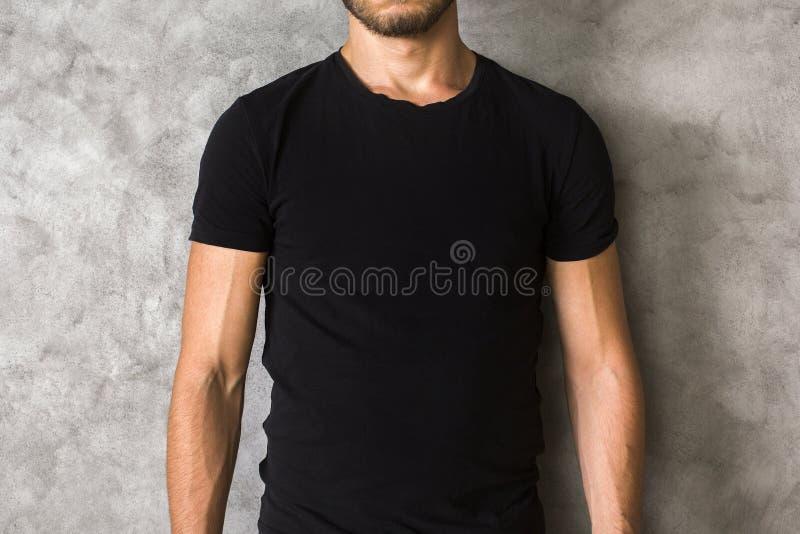 Uomo in primo piano nero della camicia immagini stock libere da diritti