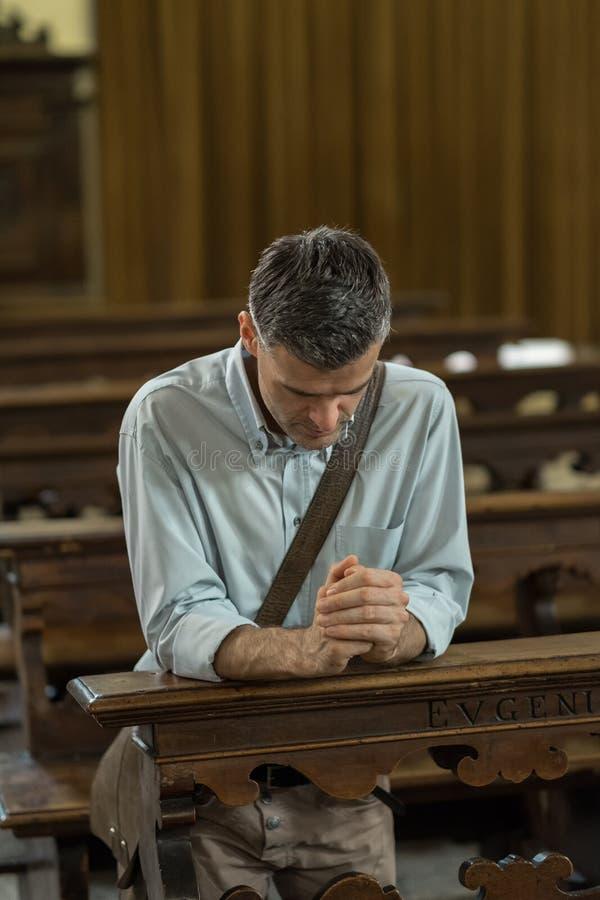 Uomo religioso nella chiesa immagini stock