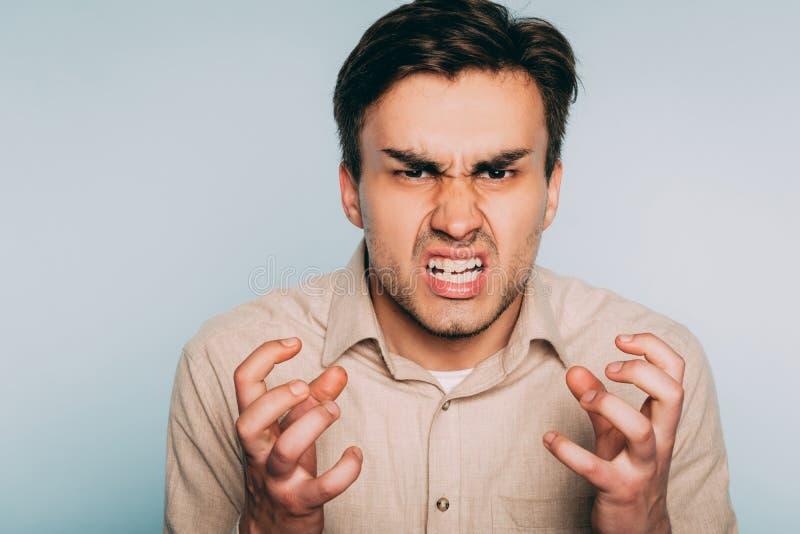 Uomo reso furioso odio di collera di rabbia che scopre i denti fotografia stock libera da diritti