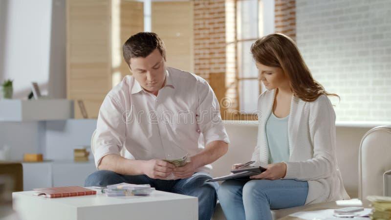 Uomo ricco e donna che contano soldi, vittoria di lotteria, riuscito profitto di affari immagini stock