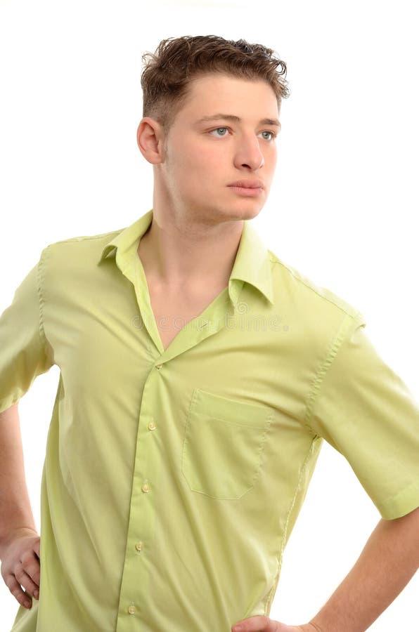 Uomo rilassato che sta con le mani sulle anche dal profilo che guarda lontano. immagini stock