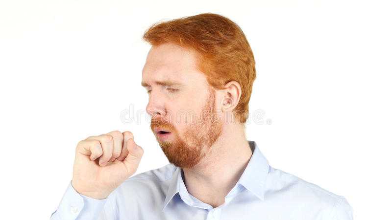 uomo rosso dei capelli che tossisce sul fondo bianco immagini stock libere da diritti