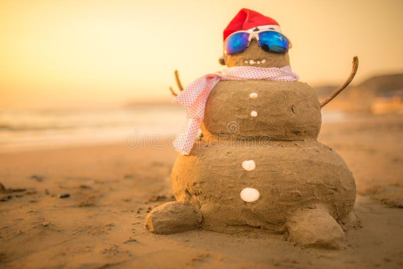 Uomo sabbia di Santa Snowman sulla spiaggia fotografia stock libera da diritti