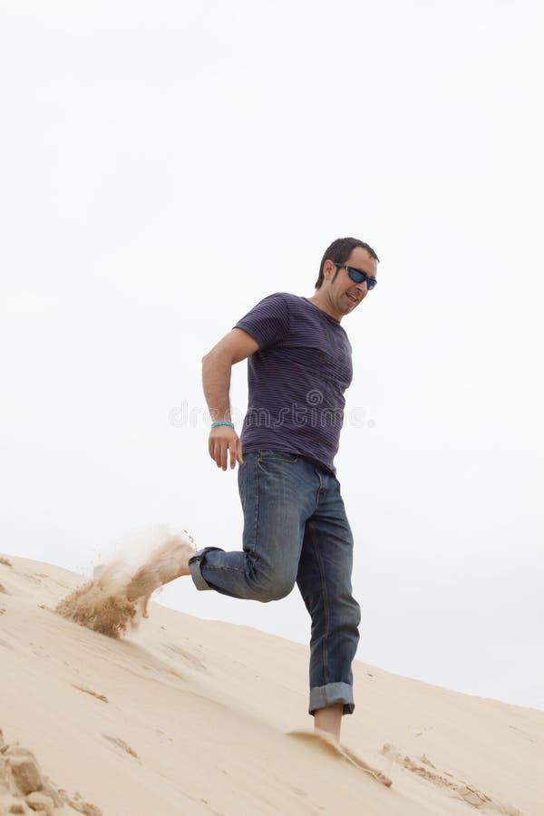 Uomo scalzo felice che scende la duna di Pilat immagini stock libere da diritti